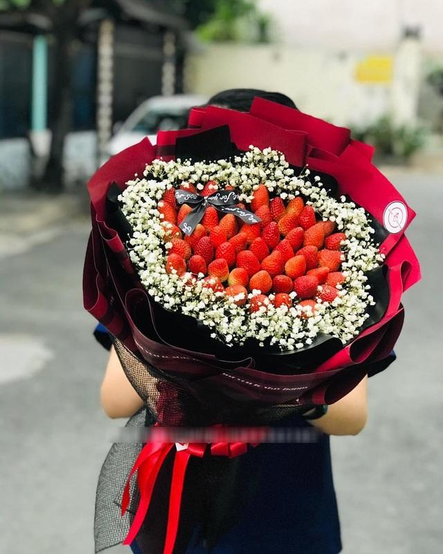 'Bỏng tay' với bó hoa dâu tây siêu lạ, ngắm đẹp, ăn ngon dịp 8/3