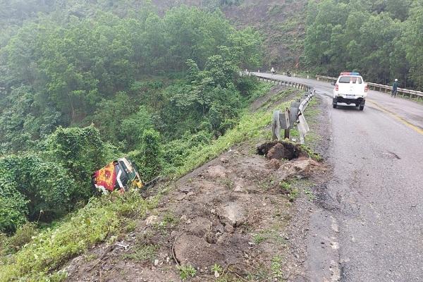 Xe khách mất lái lao xuống vực sâu, 22 người đập kính cố thoát thân