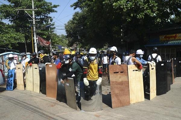 Hàng trăm cảnh sát Myanmar tham gia phản đối chính biến