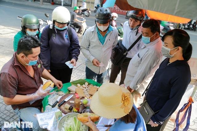 Chuyện về quầy bánh mì 80 tuổi tại Sài Gòn