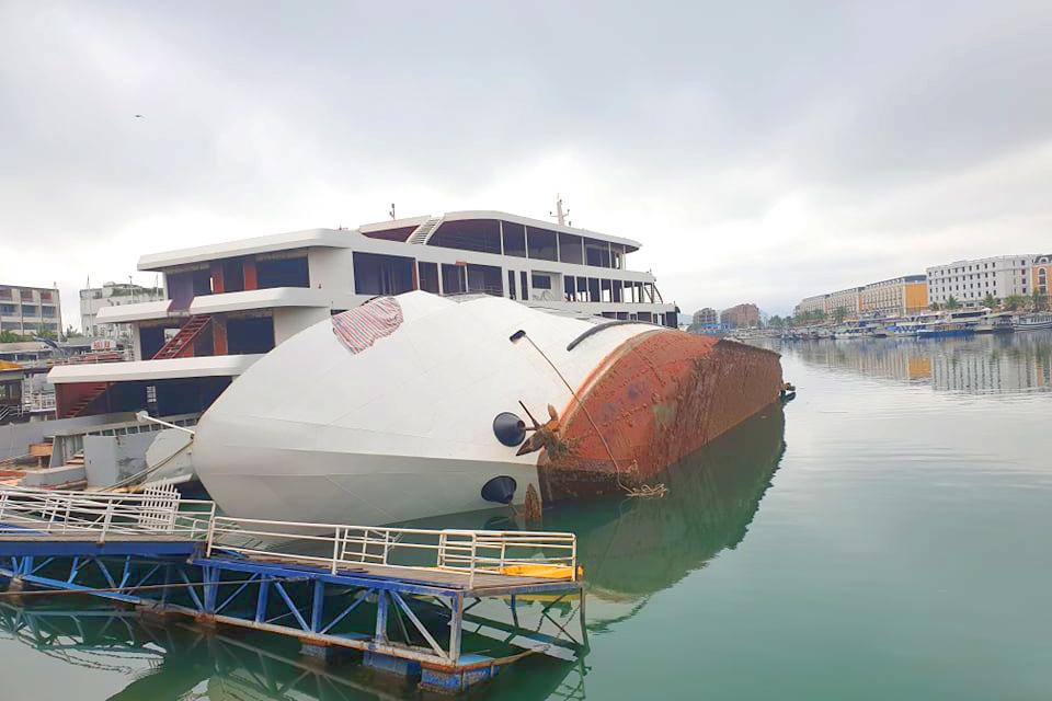 Du thuyền tiền tỷ lật ngang khi đang neo đậu ở cảng tàu Tuần Châu