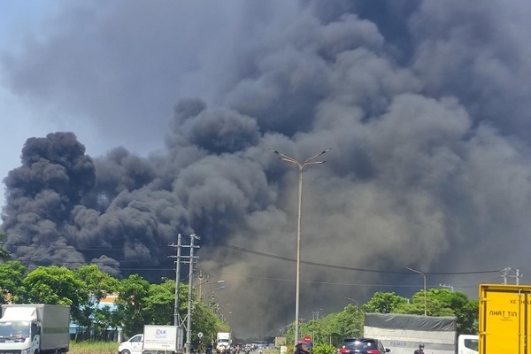 Đang sửa chữa, Công ty Tôn Hoa Sen ở Bình Dương bốc cháy dữ dội