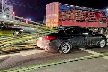 Xe tải phanh gấp khiến nhiều thanh tre rơi xuống đâm xuyên ô tô phía trước