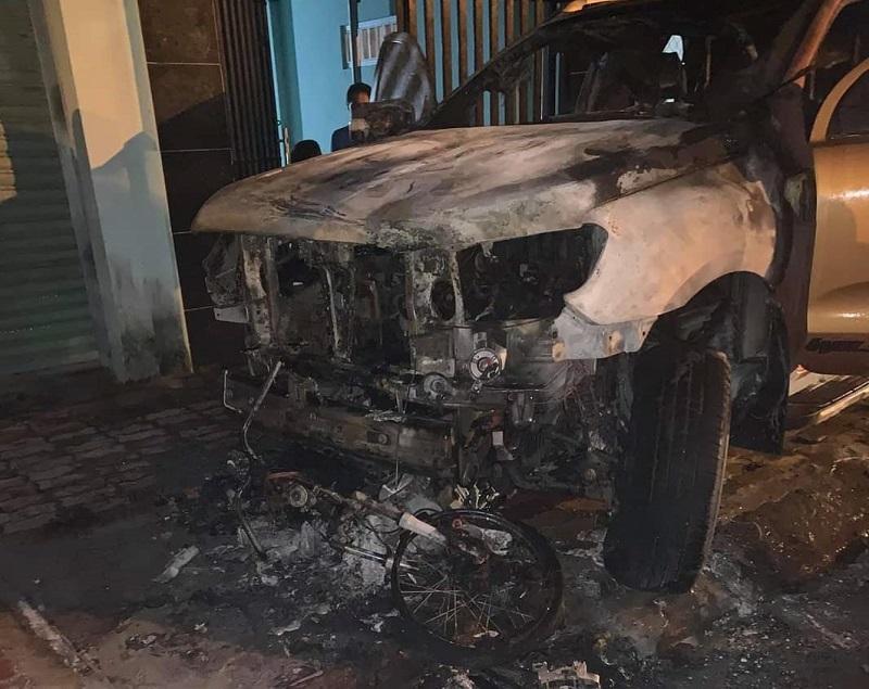 Ô tô bán tải bốc cháy sau va chạm với xe máy, một người tử vong