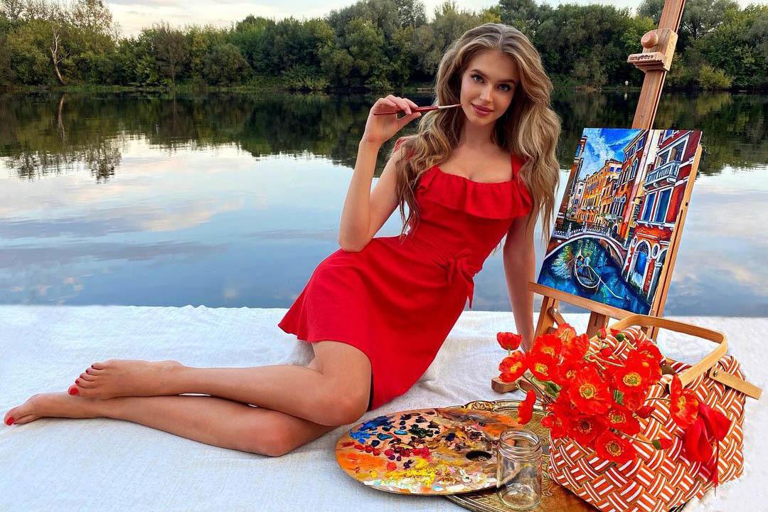 Nhan sắc 'búp bê Nga' nóng bỏng Hoa hậu Hoàn vũ Nga 2020