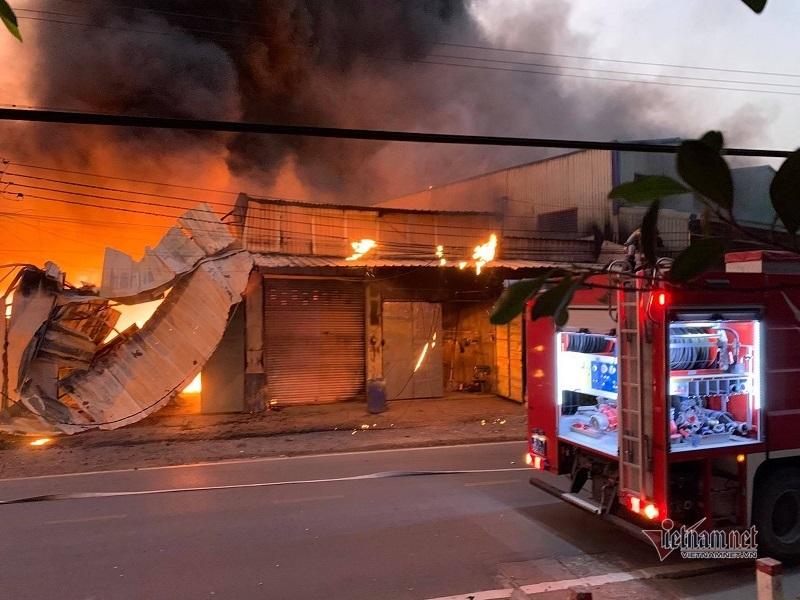 Cháy lớn thiêu rụi nhiều ki-ốt ở Bình Dương, cả khu dân cư náo loạn