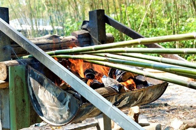 Nhọc nhằn nghề 'thổi lửa nướng tầm vông' vùng quê An Giang