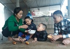 Người mẹ đốt than cơ cực nuôi 3 đứa con bại não