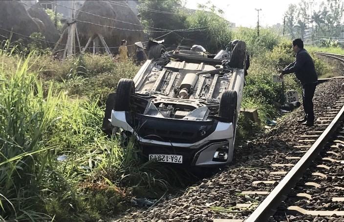 Vụ tàu hất văng ô tô, 1 người chết ở Quảng Ngãi: Nhân viên quên kéo gác chắn?