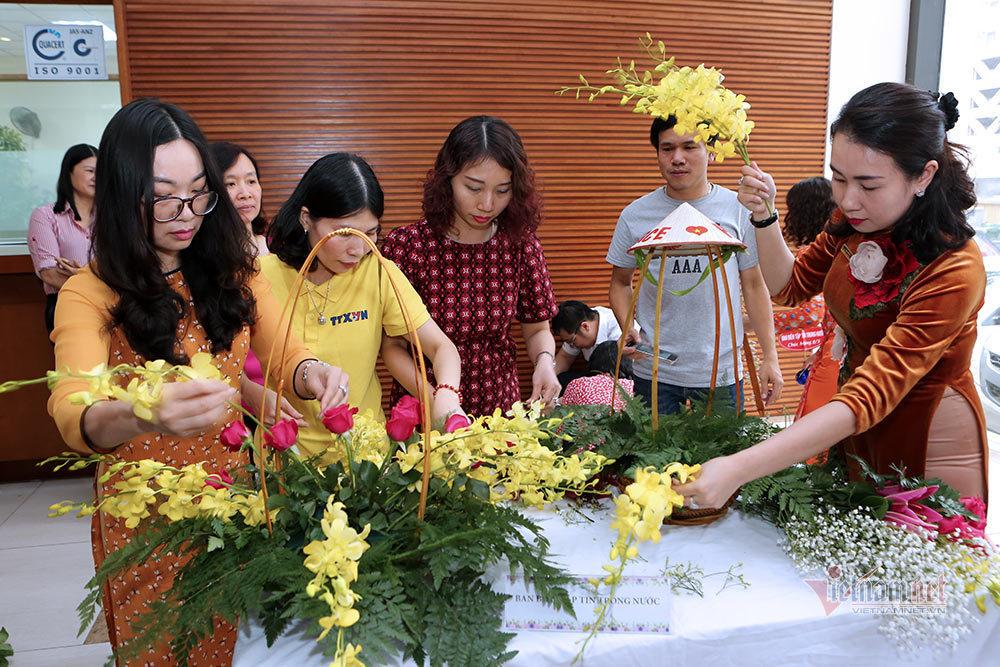 Phụ nữ Thủ đô mua hoa sớm, diện áo dài đẹp đến công sở ngày 8/3