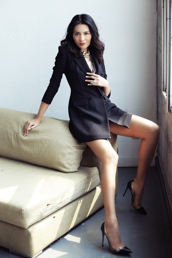Hoa hậu Hương Giang kiêu kỳ với gam đen quyền lực
