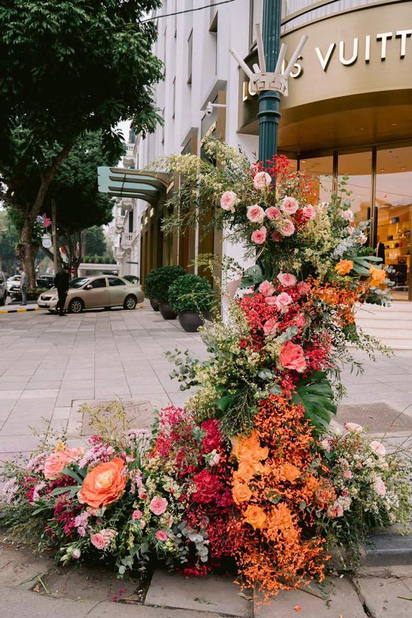 Hơn 100 Cột đèn 'nở hoa' giữa trung tâm Hà Nội