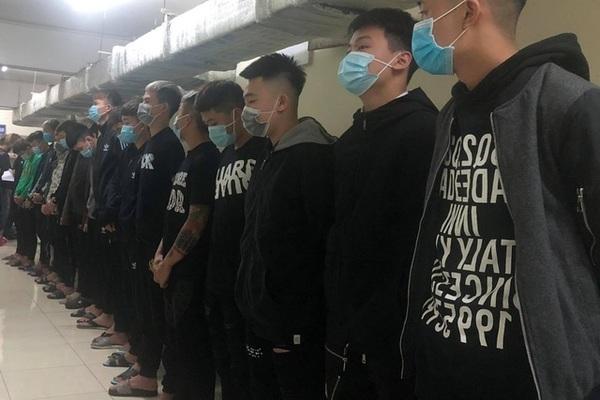 Bắt 17 thanh niên chém nhầm người đi đường ở Hà Nội