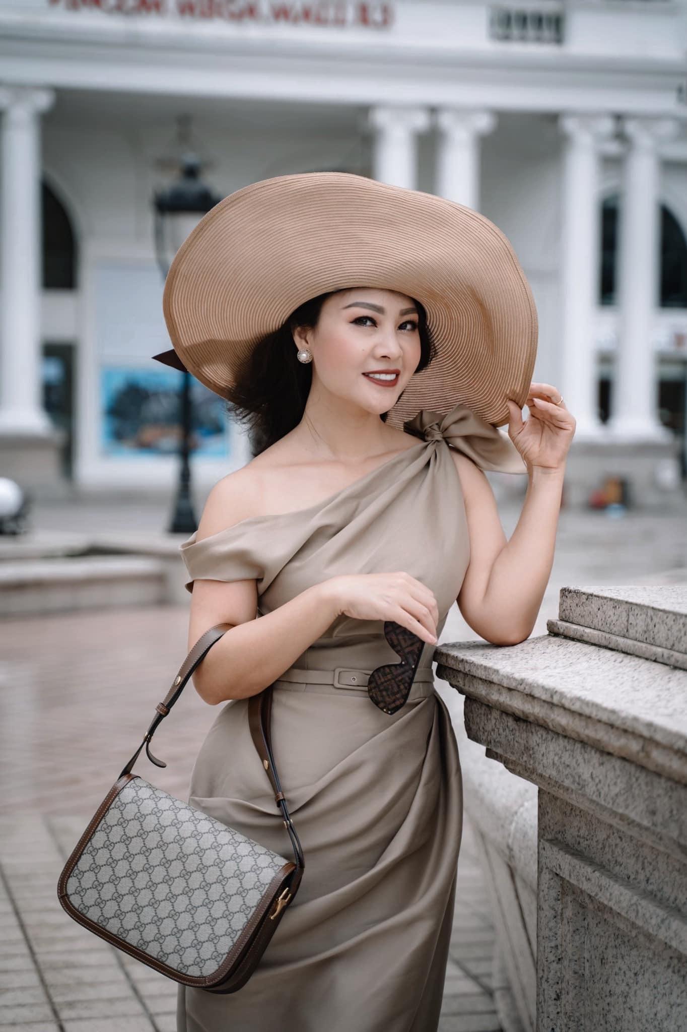 Nhan sắc tuổi 43 của vợ ca sĩ Đăng Dương