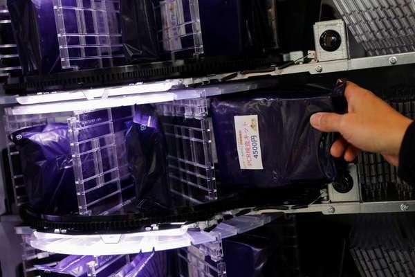 Nhật Bản phân phối kit xét nghiệm Covid-19 qua máy bán tự động