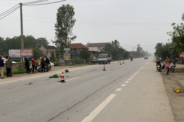 Thanh niên đi xe máy điện tông chết cụ bà cùng thôn rồi bỏ trốn