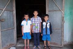 Tương lai mịt mù của 3 đứa trẻ nhút nhát, lem luốc, mồ côi cha mẹ