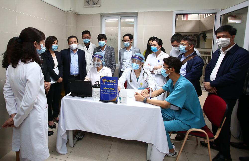 30 y bác sĩ đầu tiên của Hà Nội tiêm vắc xin Covid-19