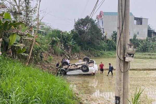 Đường trơn do dầu đổ ra đường, xe vào cua mất lái lao xuống ruộng, lật ngửa bụng ở Tuyên Quang