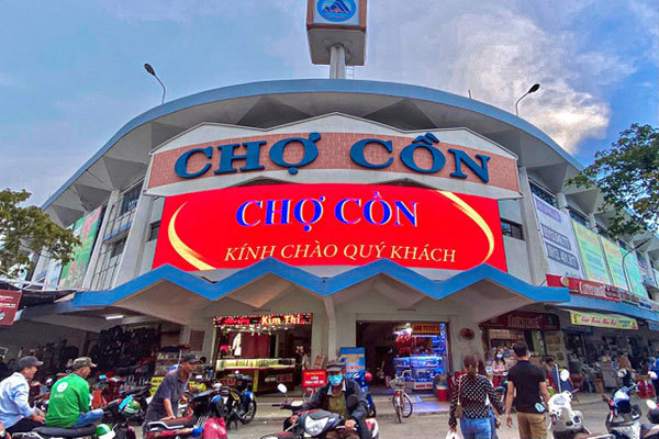 Con Market's food offerings attract visitors to Da Nang