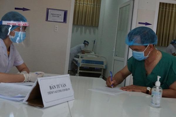 Nhân viên y tế tuyến đầu ở Gia Lai được tiêm vắc xin Covid-19