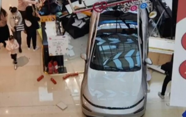 Ô tô tông sập gian hàng trong trung tâm thương mại, khách hú vía