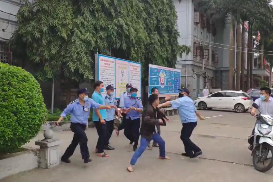 Nhóm bảo vệ bệnh viện ẩu đả với người nhà bệnh nhân không chịu đeo khẩu trang