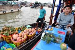 Bán trái cây lưu động ở chợ nổi Cái Răng