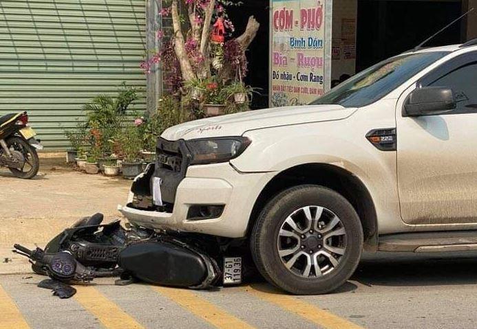 Sang đường ẩu, tài xế xe máy bị ô tô bán tải tông văng