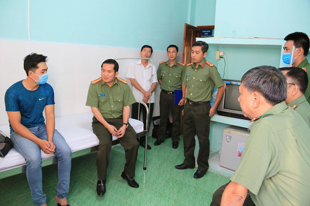 Đại tá Đinh Văn Nơi thưởng 'nóng' cho công an viên bị thương lúc bắt kẻ trộm