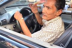 Thương Tín phải châm cứu chân, cho thuê xe được tặng lấy tiền chi tiêu