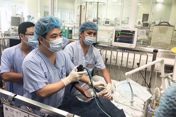 Sặc hạt điều, bé 2 tuổi ở Hà Nội phải thở máy