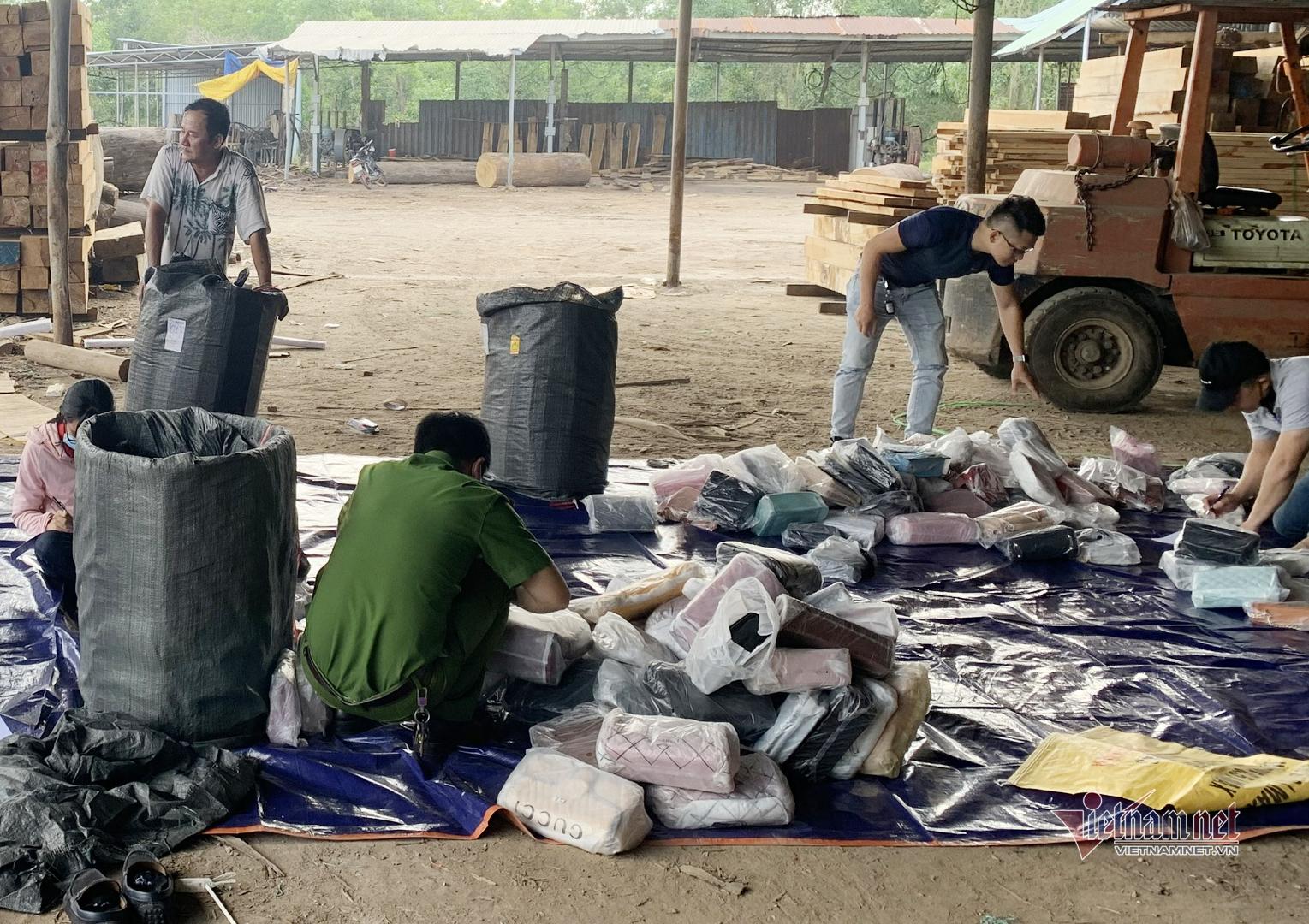 Bắt xe container chất đầy túi xách, giày không nguồn gốc