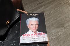 Mẹ tỷ phú Elon Musk viết sách truyền cảm hứng cho phụ nữ