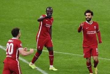 Salah, Mane đưa Liverpool vào tứ kết Champions League