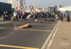 Con gái ngã quỵ ôm thi thể cha bị tai nạn ở cầu Phú Mỹ