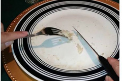 Quản gia cũ của hoàng gia Anh khuyên ăn cơm bằng dao, dĩa khiến người châu Á tức giận
