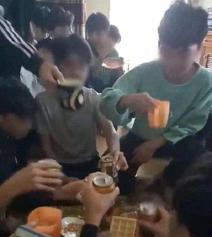 Xem xét kỷ luật cô giáo uống bia với học trò ở Thanh Hóa