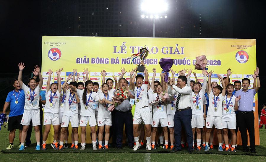 Các trọng tài tập huấn, sôi động giải U19 nữ QG 2021