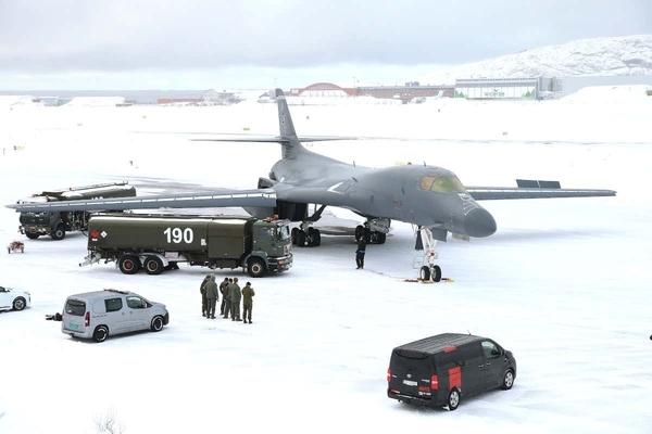 'Hiệp sỹ bóng đêm' Mỹ lần đầu hạ cánh tại Bắc Cực, gửi thông điệp ngầm tới Nga