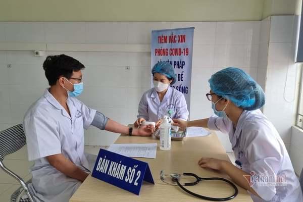 60 cán bộ y tế đầu tiên của Hải Phòng được tiêm vắc xin Covid-19