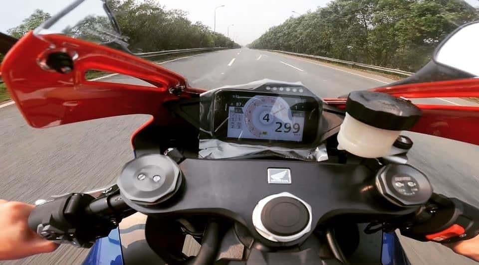 """Tài xế Honda CBR phóng """"bạt mạng"""" gần 300km/h trên Đại lộ Thăng Long"""