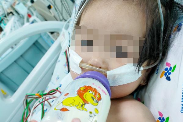 Bé gái 15 tháng tuổi nguy kịch vì biến chứng tay chân miệng