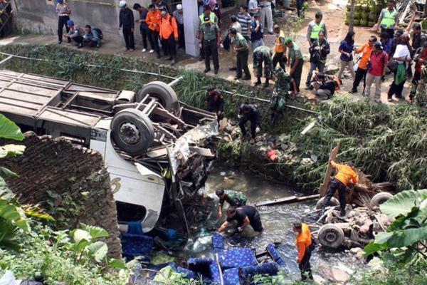 Xe chở học sinh ở Indonesia lao xuống khe núi, 27 người thiệt mạng