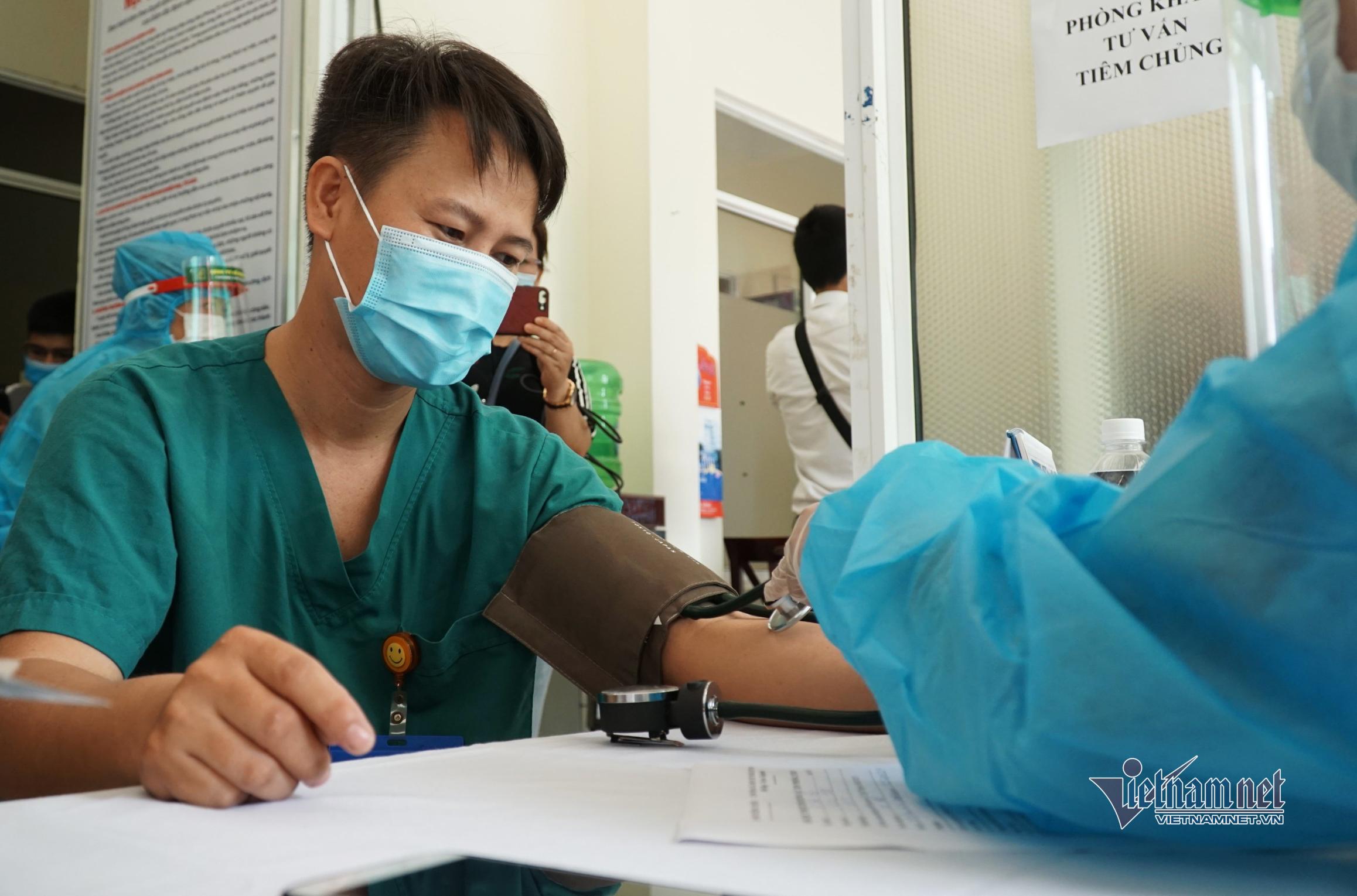 Những nhân viên y tế đầu tiên ở Đà Nẵng tiêm vắc xin Covid-19