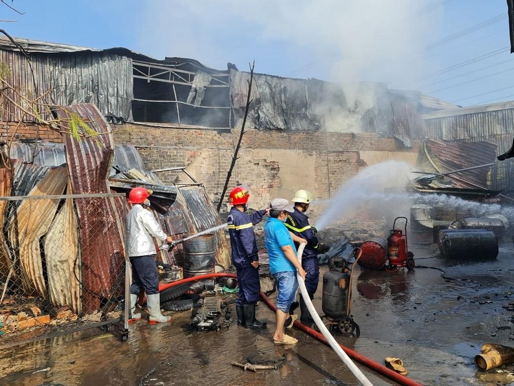 Kho xưởng cháy rụi lan sang dãy trọ 21 phòng ở ngoại ô Sài Gòn