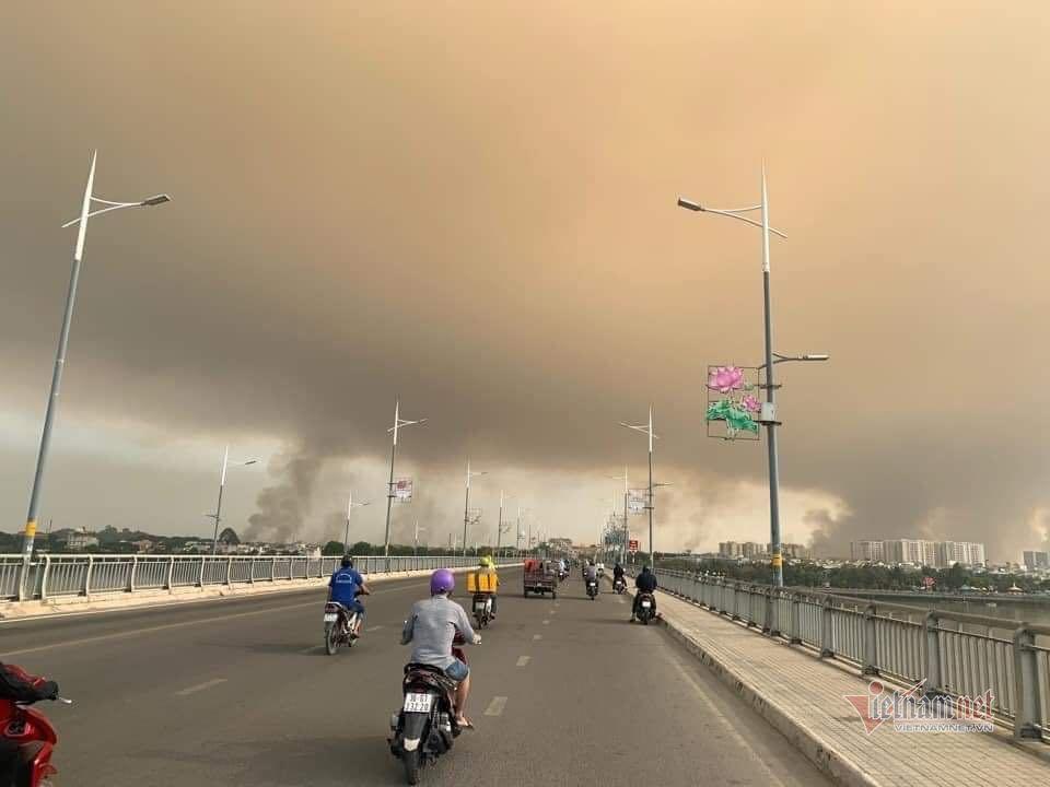 Khói bụi mù mịt do đốt cỏ trong sân bay Biên Hòa