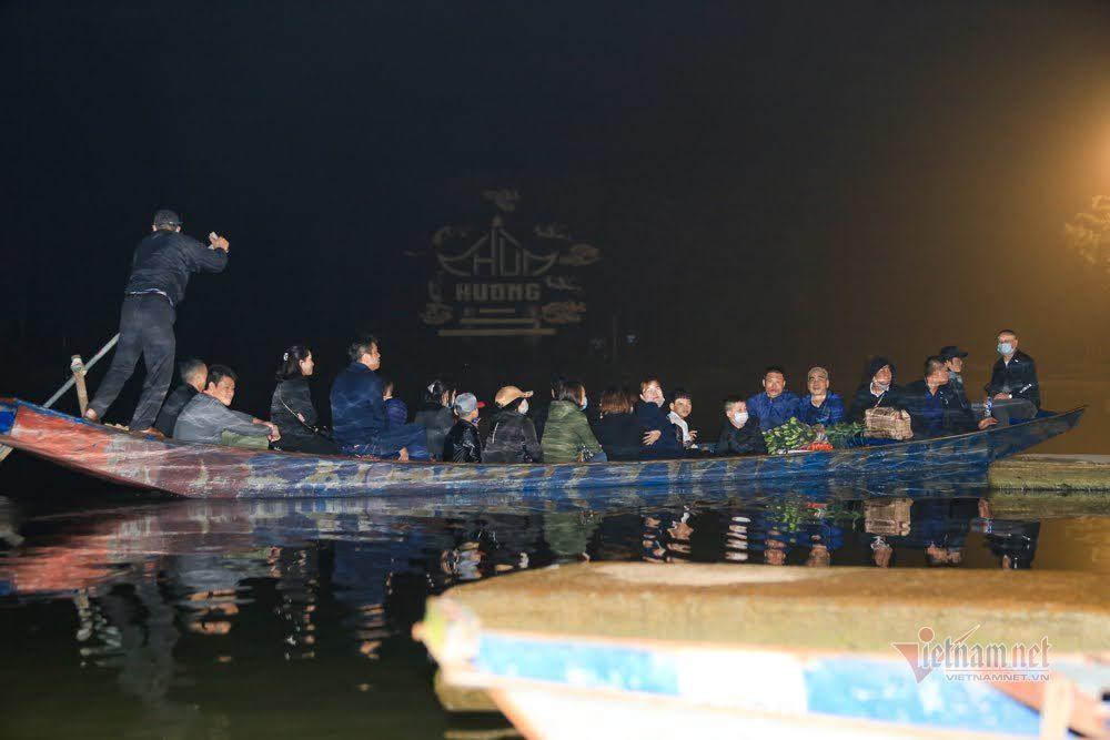 Dòng người xuyên đêm ùn ùn đổ về đi lễ chùa Hương