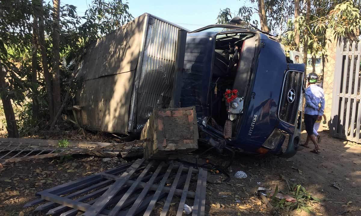 Tông thẳng vào đầu xe tải, nam thanh niên tử vong