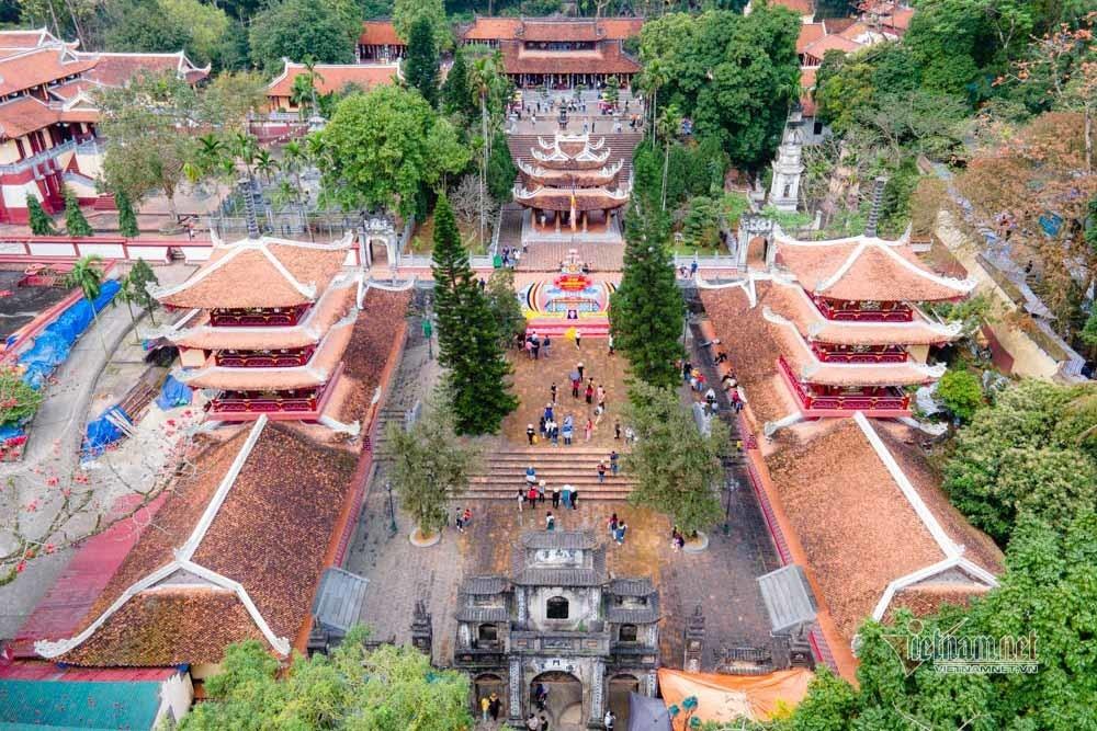 Hình ảnh vạn du khách đổ về chùa Hương nhìn từ flycam
